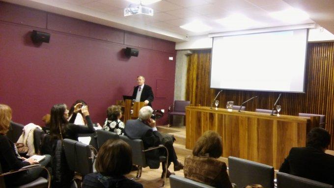 El codirector de la Maestría (por Chile) doctor Fernando Lolas Stepke diserta ante un auditorio colmado de asistentes