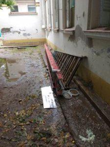 Materiales en desuso y contaminación en los patios externos